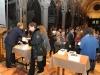 """Il pubblico presente alla serata riceve in dono una copia de """"La Passione di Cristo, testo poetico di Mario Luzi"""""""